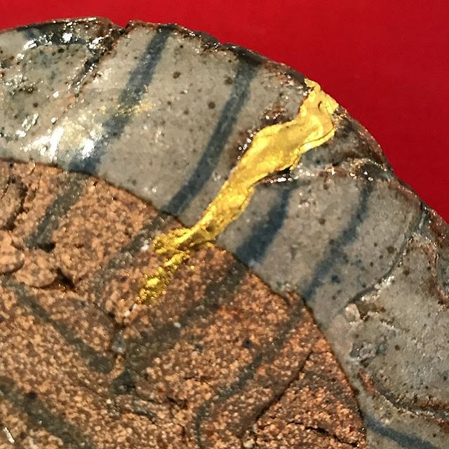 Mmmmmm #gold  #kintsugi on this little cracked #agateware #ceramic #dish made as a demo for my students @greenwichhousepottery by @acrstudio